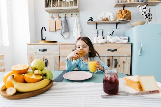 Kleines mädchen frühstücken