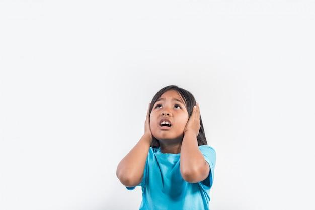 Kleines mädchen fühlen sich wütend in studioaufnahme