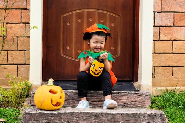 Kleines mädchen für halloween verkleidet