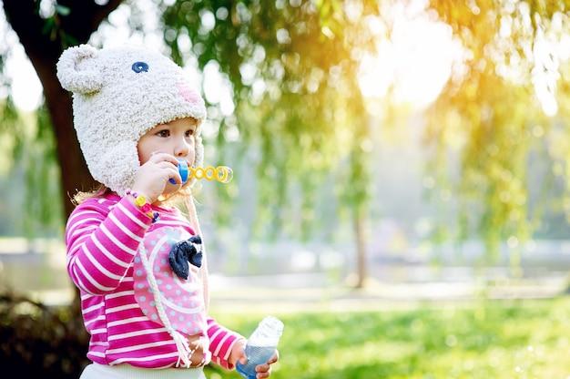 Kleines mädchen geht in den park