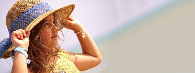Kleines mädchen hat strandurlaub, bannerbild mit kopienraum