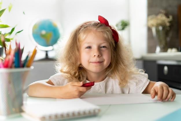Kleines mädchen homeschooling zurück zur schule
