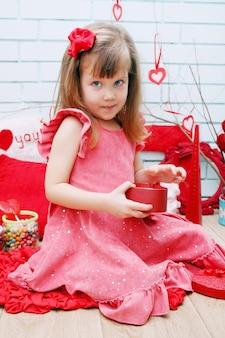 Kleines mädchen im festlichen dekor für valentinstag