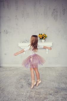 Kleines mädchen im schönen kleid tanzt