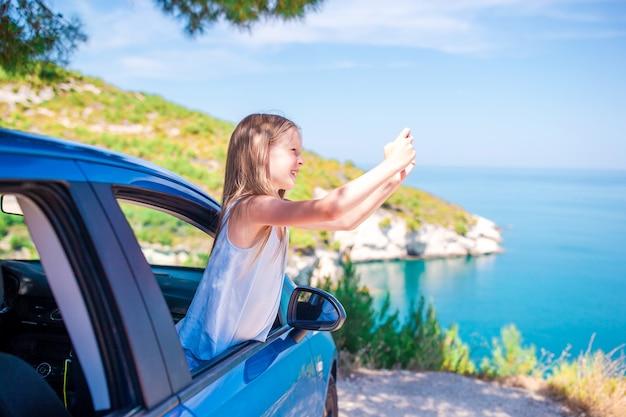 Kleines mädchen im urlaub reisen mit dem auto