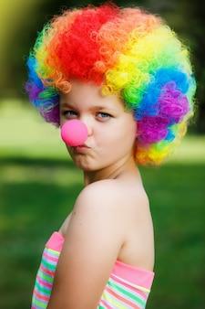 Kleines mädchen in der clownperücke