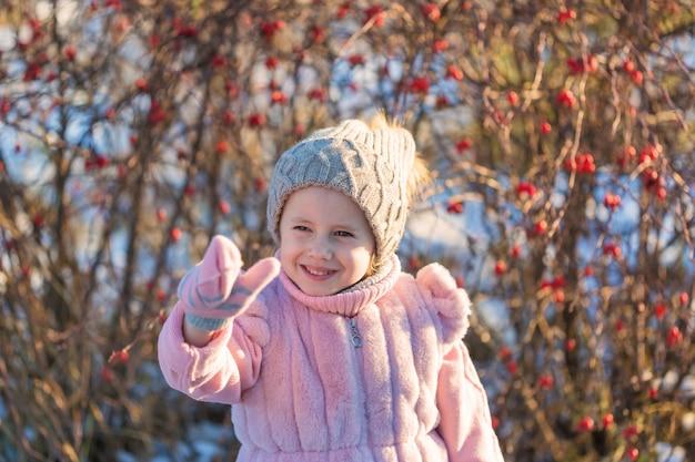 Kleines mädchen in der winterkleidung lächelt