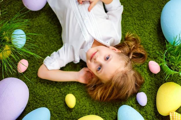 Kleines mädchen in eiern liegen
