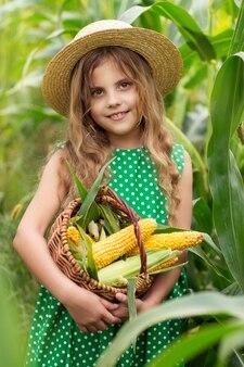 Kleines mädchen in einem maisfeld