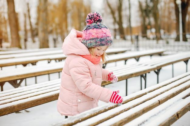 Kleines mädchen in einem winterpark