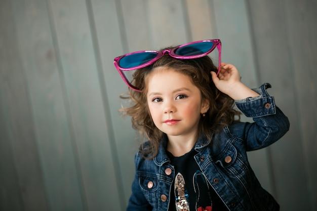 Kleines mädchen in großen sonnenbrillen