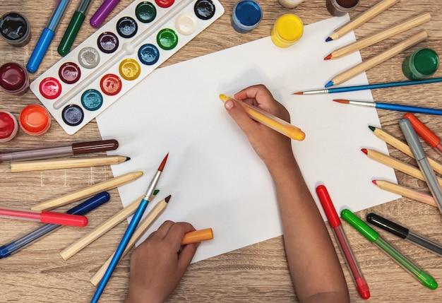 Kleines mädchen in papier zeichnen