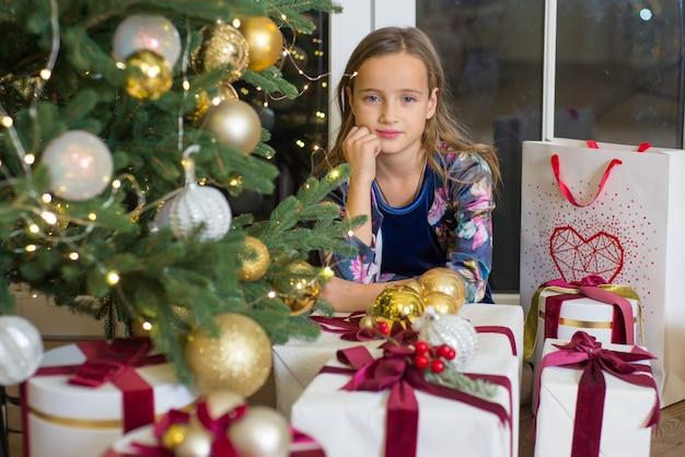 Kleines mädchen in weihnachten glückliches kind