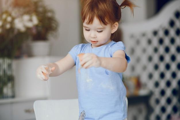 Kleines mädchen kochen den teig für kekse