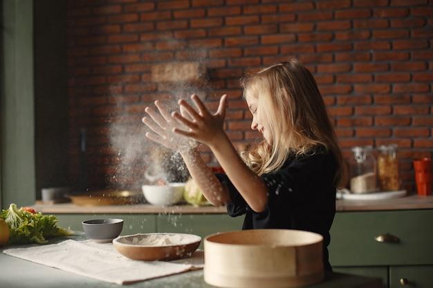 Kleines mädchen kocht den teig für kekse
