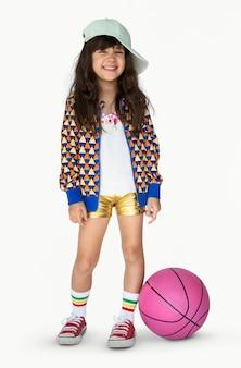 Kleines mädchen-lächelndes glück-basketball-sport-porträt
