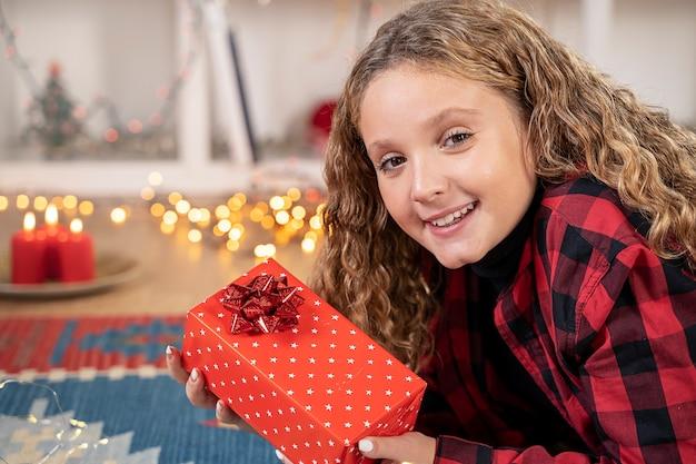 Kleines mädchen lächelt glücklich zu weihnachten zu hause