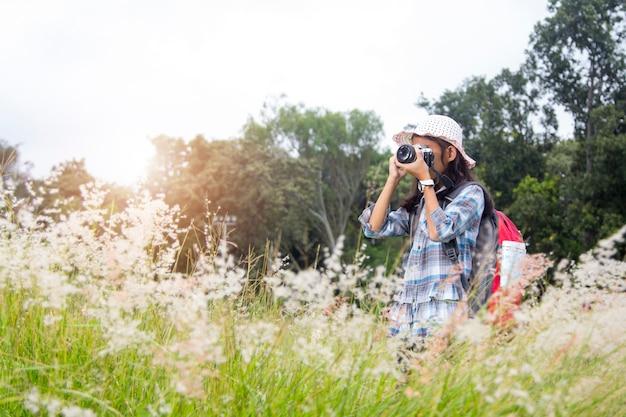 Kleines mädchen machen fotos im tourismus