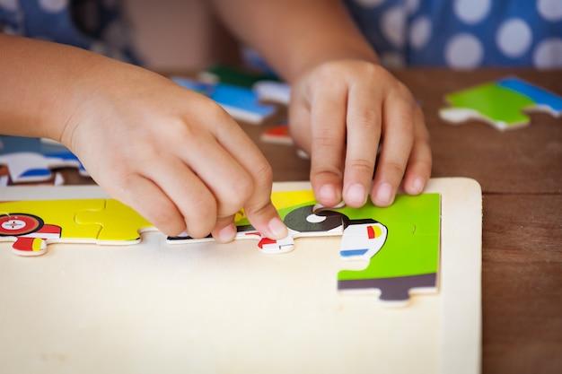 Kleines mädchen macht ein puzzle