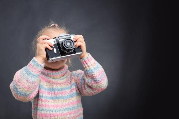 Kleines mädchen macht foto der natur