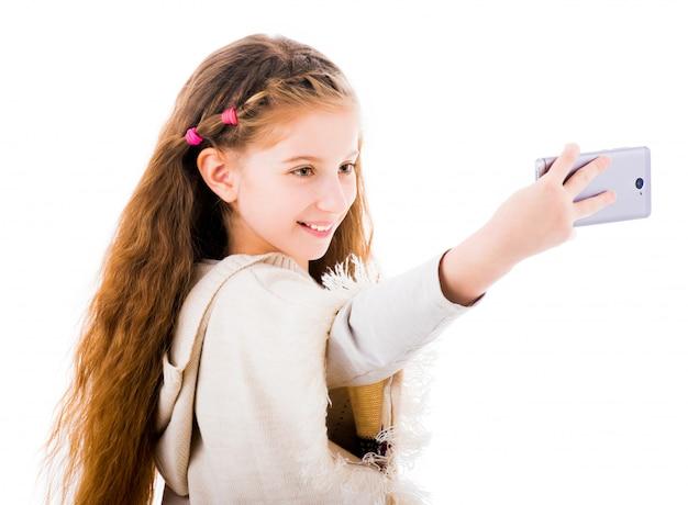 Kleines mädchen macht selfie mit ihrem handy