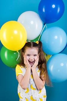 Kleines mädchen mit ballons