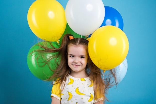 Kleines mädchen mit baloons