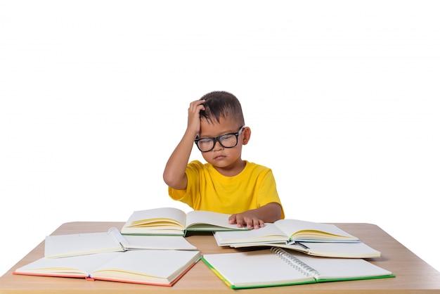 Kleines mädchen mit brille dachte und viele buchen auf dem tisch. zurück zu schulkonzept,