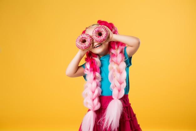 Kleines mädchen mit donuts