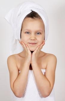Kleines mädchen mit einem handtuch
