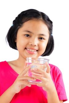 Kleines mädchen mit glas wasser