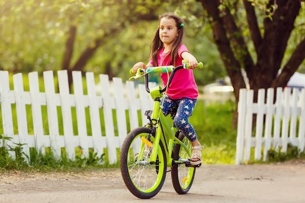 Kleines mädchen mit ihrem fahrrad