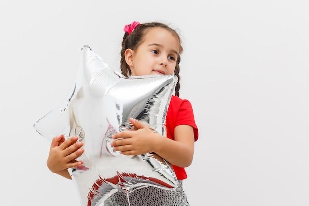 Kleines mädchen mit luftballons