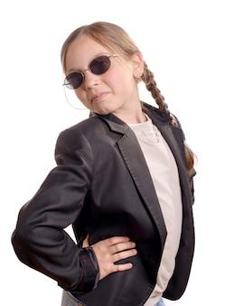Kleines mädchen mit schwarzer jacke und sonnenbrille