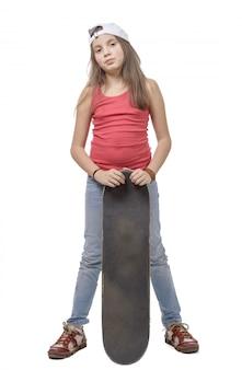 Kleines mädchen mit skateboard