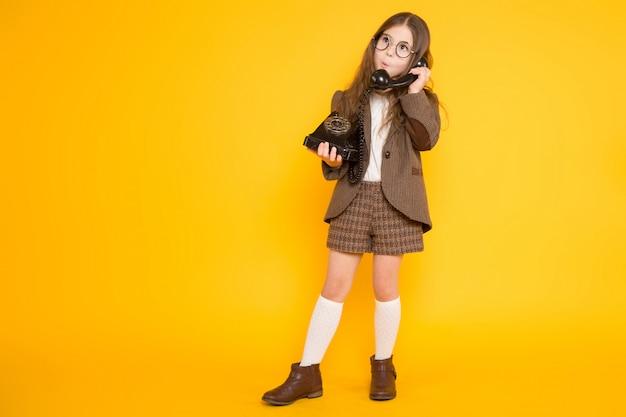 Kleines mädchen mit telefon
