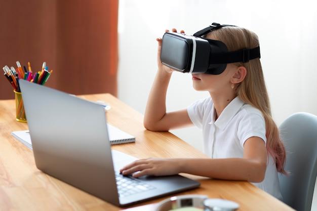 Kleines mädchen mit virtual-reality-brille