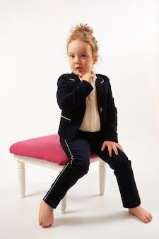 Kleines mädchen-mode-modell in schwarzer anzug