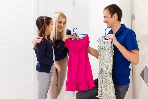 Kleines mädchen probiert neue kleider an