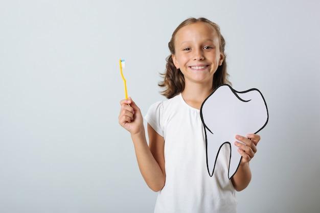 Kleines mädchen putzt sich die zähne zahnpflege für kinder
