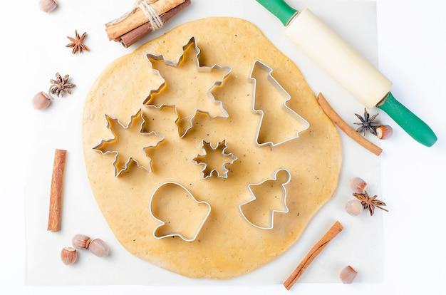 Kleines mädchen schneidet kekse