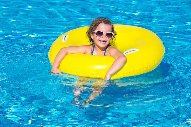 Kleines mädchen schwimmt in einem pool
