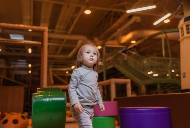 Kleines mädchen spielt im kinderunterhaltungszentrum