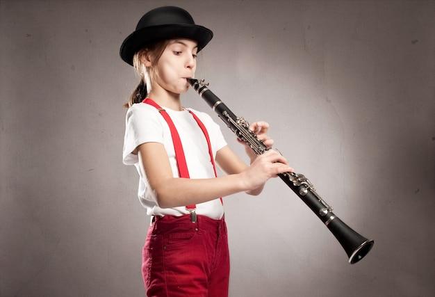Kleines mädchen spielt klarinette