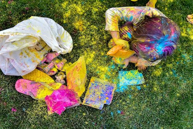Kleines mädchen spielt mit farben konzept für indisches holi-farbfestival