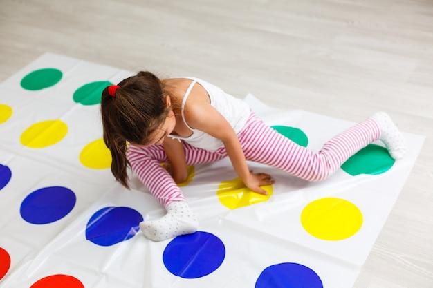 Kleines mädchen spielt spiel im kinderzimmer