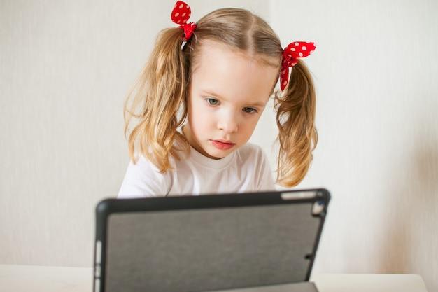 Kleines mädchen spricht online