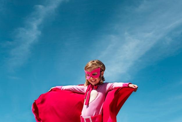 Kleines mädchen-superheld-konzept