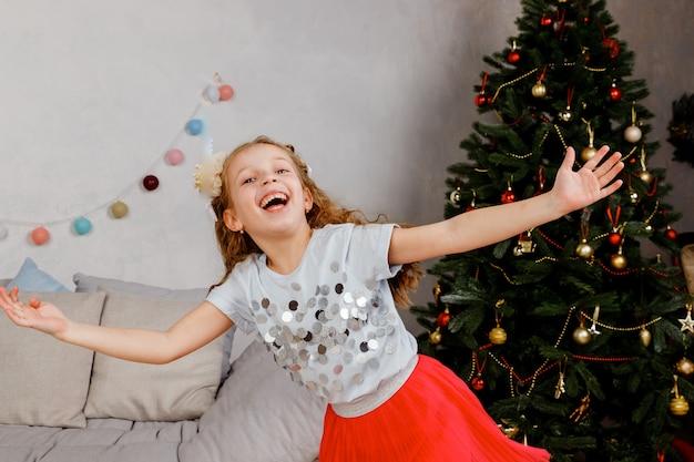 Kleines mädchen tanzt am weihnachtsabend.