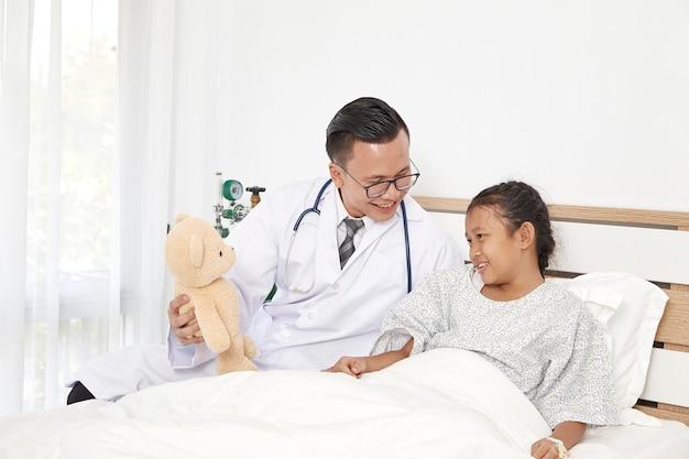 Kleines mädchen und doktor im krankenhaus